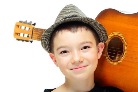 instruments de musique: Portrait de onze ans gar�on avec une guitare sur fond blanc Banque d'images