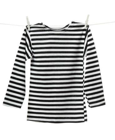 blanco y negro: Chaleco rayado colgando de la ropa. Imagen aislada en el fondo blanco Foto de archivo
