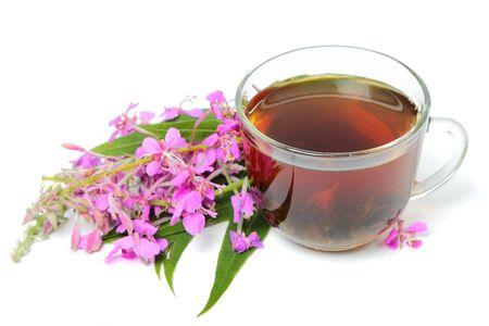 Eine Tasse Ivan-Tee mit Blumen auf weißem Hintergrund Standard-Bild