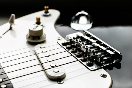 Close up view of electric guitar body with string volume and tone controls. Unfocused guitar. Music background. Musical instruments Banque d'images - 129037320