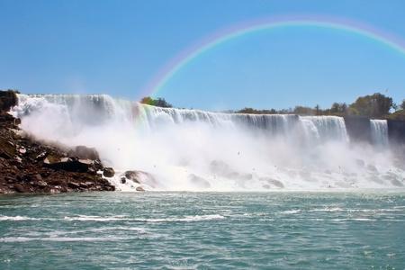 Hermoso arco iris en las Cataratas del Niágara