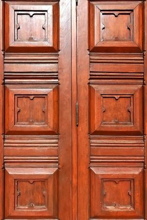 door bolt: Primer plano de madera tradicional tallado en la puerta de entrada principal de la iglesia