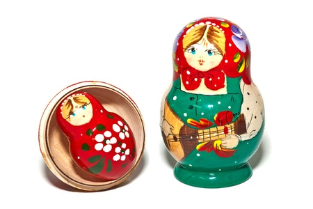 muñecas rusas: Muñecas rusas rojo y verde sobre fondo blanco