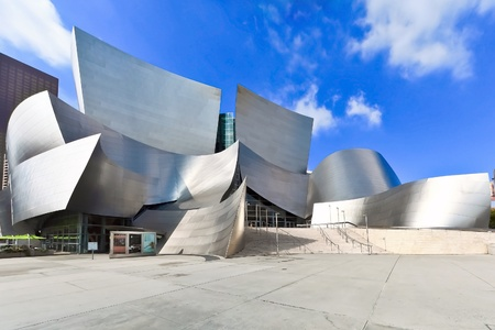 OS ANGELES - FEB 13: Walt Disney Concert Hall on February 13, 2010 features Frank Gehry iconic architecture located in Downtown Los Angeles, CA. The concert hall houses the Los Angeles Philharmonic Orchestra  新聞圖片