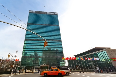 manhattan mirror new york: NEW YORK CITY, NY - JAN 23 : The United Nations building in Manhattan is the official headquarters of the UN since 1952, January 23, 2010 in Manhattan,New York, NY.  Editorial