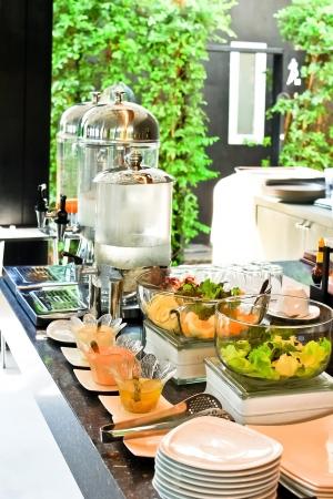 buffet: Salade en drank in ontbijtbuffet Stockfoto