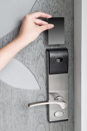 toegangscontrole: Hand met hotel sleutelkaart om de kamer te betreden Stockfoto