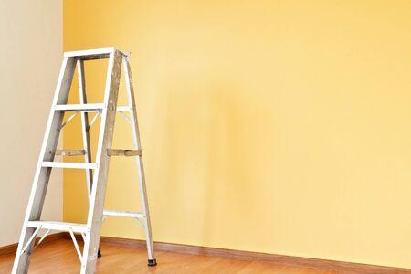 escaleras: Home concepto de mejora con escalera y pared amarilla