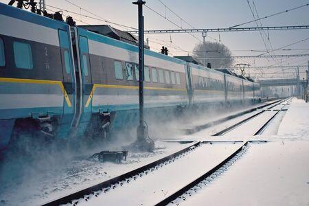 treno espresso: Treno espresso passando attraverso la stazione innevato