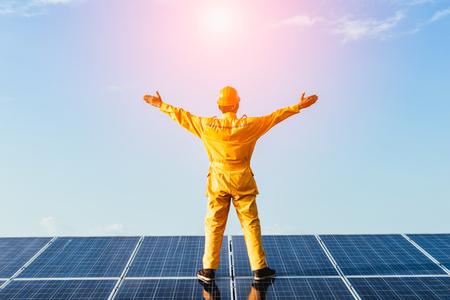 Moduł fotowoltaiki panel słoneczny z nieba tle, energia słoneczna czystej energii