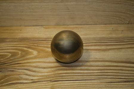 boule de métal isolé sur un fond de bois