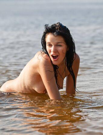 hot breast: Эмоциональная голые мокрые девушки в море