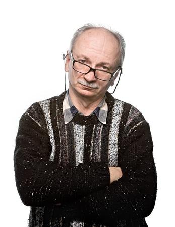 Retrato de un anciano con gafas y una chaqueta sobre un fondo blanco