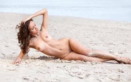 nue plage: Jeune femme nue bains de soleil sur la plage