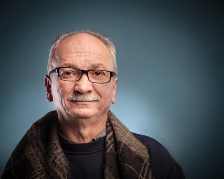 hombre viejo: Un hombre mayor con gafas se ve con escepticismo