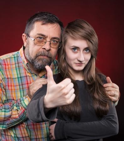 ok symbol: Studio ritratto di una padre e figlia. Mostra simbolo OK