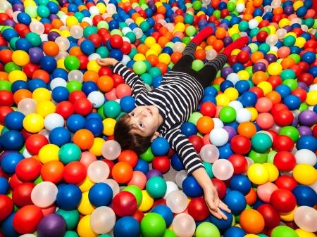 pool bola: Ni�o jugando con pelotas Foto de archivo