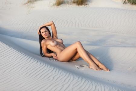 young nude girl: Junge nackte Frau auf einem Sandstrand