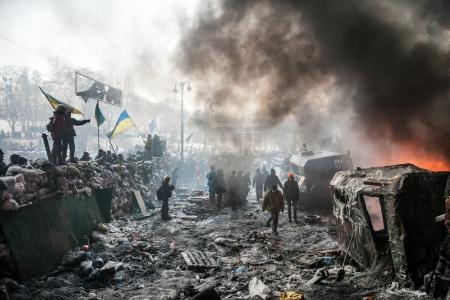 KIEV, Ucrania - 25 de enero 2014: Misa protestas antigubernamentales en el centro de Kiev. Barricadas en la zona de conflicto en Hrushevskoho St. Editorial