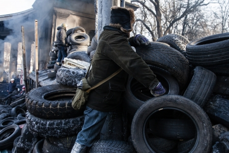 outcry: KIEV, UKRAINE - January 26, 2014: Mass anti-government protests in the center of Kiev. Euromaidan protesters rest and strengthen the barricades after night of clashes with riot police Editorial