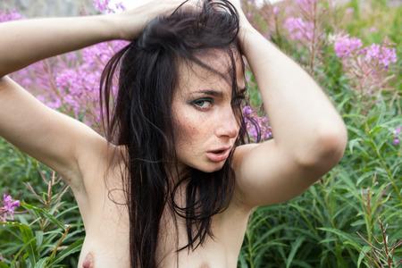 young nude girl: Sch�ne junge nackte M�dchen unter den Blumen