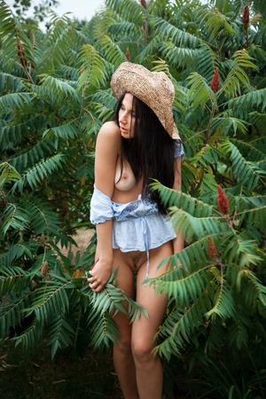 아름 다운 누드 여자 정원에서 쉬고있다