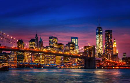 Pont de Brooklyn, l'East River et Manhattan avec des lumières et de reflets. New York