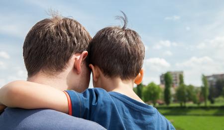 父と息子の都市の背景に。背面から見る