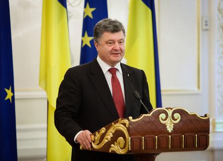 ratificaci�n: KIEV, Ucrania - el 12 de septiembre 2014: El presidente de Ucrania, Petro Poroshenko durante una reuni�n oficial con el presidente de la Comisi�n Europea, Jos� Manuel Barroso, en Kiev