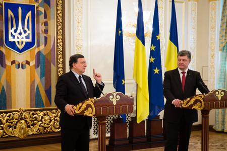 ratificaci�n: KIEV, Ucrania - 12 de septiembre 2014: El presidente de Ucrania, Petro Poroshenko y presidente de la Comisi�n Europea, Jos� Manuel Barroso, durante una reuni�n oficial en Kiev