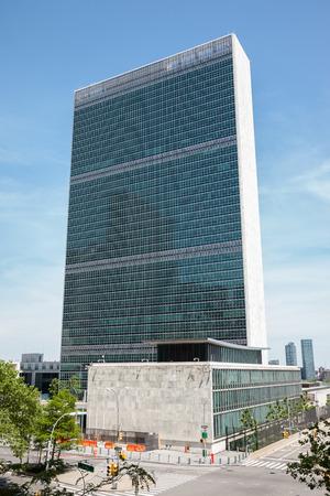 뉴욕, 미국 - 2014 년 6 월 1 일 : 뉴욕에 위치한 유엔 본부 건물은 유엔기구의 본부입니다.