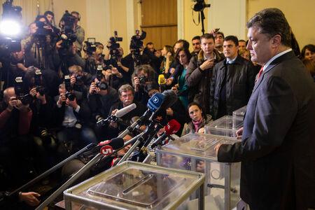 głosowało: KIEV, UKRAINE - Oct 26, 2014: President of Ukraine Petro Poroshenko voted on early elections to the Verkhovna Rada of Ukraine Publikacyjne