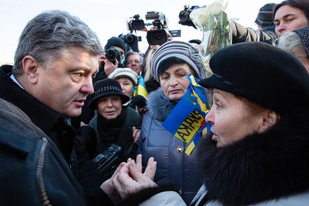 memorial cross: KIEV, Ucraina - NOV 21, 2014: Presidente dell'Ucraina Poroshenko circondato parenti di eroi caduti Centinaia di cielo vicino alla croce commemorativa nel luogo di esecuzione dei rivoluzionari di dignit� del 20 febbraio