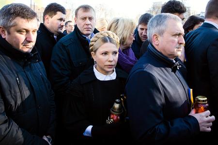 dignidad: KIEV, Ucrania - 21 de noviembre 2014: Yulia Tymoshenko durante una ceremonia de colocaci�n de flores cerca de la cruz conmemorativa en el lugar del asesinato de los participantes de la Revoluci�n de la Dignidad de 20 de febrero 2014 Editorial