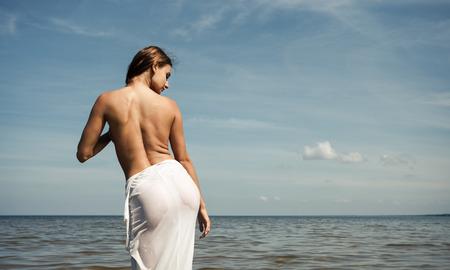 seins nus: Naked girl profiter en plein air nature. Belle jeune femme nue � la mer Banque d'images