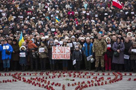 dolor: KIEV, UKRAINE - Jan 18, 2015: Banners I Volnovaha and the lamps on Independence Square during the march of solidarity against terrorism and memory of victims of terrorist attack in Volnovakha