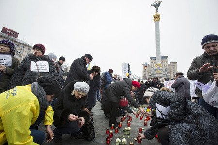 dolor: KIEV, UKRAINE - Jan 18, 2015: Banners I Volnovaha and candles on Independence Square during the march of solidarity against terrorism and memory of victims of terrorist attack in Volnovakha