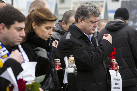 dolor: KIEV, UKRAINE - Jan 18, 2015: President Ukraine Poroshenko with wife  at the march of solidarity against terrorism and memory of victims of terrorist attack in Volnovakha Editorial