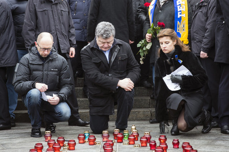 dolor: KIEV, UKRAINE - Jan 18, 2015: President Ukraine Poroshenko with wife and Prime Minister Yatsenyuk at the march of solidarity against terrorism and memory of victims of terrorist attack in Volnovakha