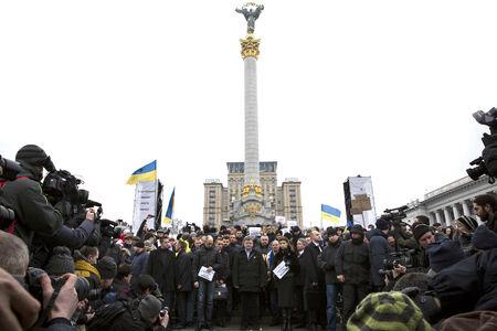 dolor: KIEV, UKRAINE - Jan 18, 2015: President Ukraine Poroshenko with wife and Prime Minister Yatsenyuk at the march of solidarity against terrorism and memory of victims of terrorist attack in Volnovakha