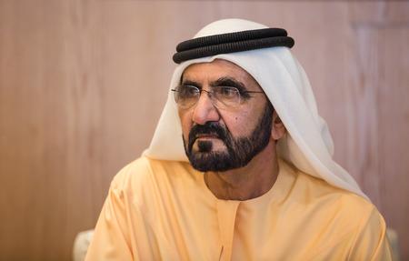 ABU DHABI, Emiratos Árabes Unidos - 24 de febrero 2015: El primer ministro de los Emiratos Árabes Unidos, Mohammed bin Rashid Al Maktoum, durante una reunión con el presidente de Ucrania, Petro Poroshenko