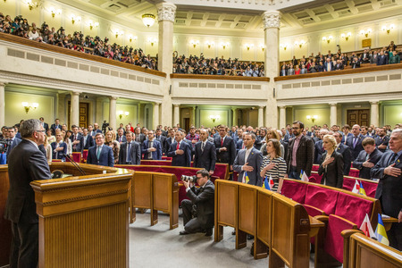 parlamentario: KIEV, Ucrania - 09 de abril 2015: El presidente polaco, Bronislaw Komorowski durante una sesi�n parlamentaria en el edificio de la Rada Suprema de Ucrania en Kiev