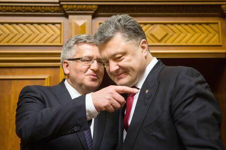 parlamentario: KIEV, Ucrania - 09 de abril 2015: El presidente polaco, Bronislaw Komorowski, y el presidente de Ucrania, Petro Poroshenko durante la sesi�n parlamentaria en el edificio de la Rada Suprema de Ucrania en Kiev