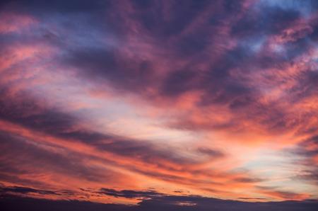 puesta de sol: Fondo abstracto de la naturaleza. Cielo del atardecer nublado dram�tico y rosado caprichoso, p�rpura y azul