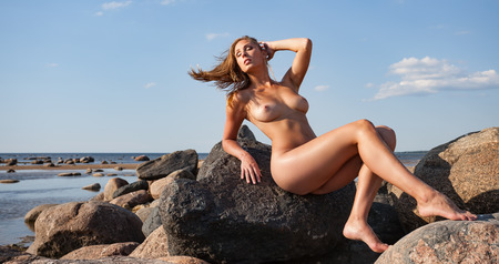 nue plage: Beauty girl profiter en plein air nature. Belle jeune femme nue sexy par la mer. Gratuit Happy Woman