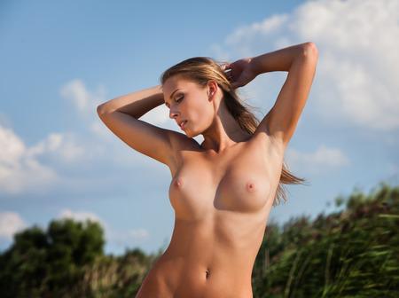 young nude girl: Sch�ne junge nackte Frau auf die Natur Hintergrund Lizenzfreie Bilder