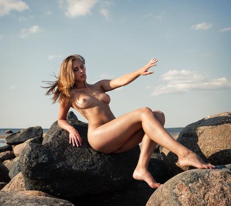 erotico: Bellezza ragazza all'aperto godendo della natura. Giovane e bella donna nuda sexy in riva al mare. Gratis Donna Felice Archivio Fotografico