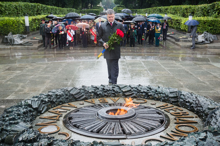 tomb of the unknown soldier: KIEV, UKRAINE - Jun 22, 2015: President of Ukraine Petro Poroshenko during a wreath-laying ceremony at the Tomb of the Unknown Soldier in the Park of Glory in Kiev