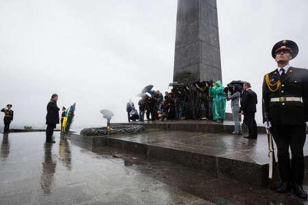 tomb of the unknown soldier: KIEV, UKRAINE - Jun 22, 2015: President of Ukraine Petro Poroshenko at the grave of the Unknown Soldier in the Park of Glory in Kiev