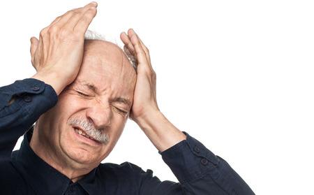 Pain. Starší muž trpí bolestmi hlavy na bílém pozadí s kopií vesmíru